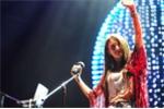Fan đứng dưới mưa hát cùng cựu trưởng nhóm Kara