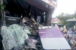Xe khách đâm lật container, tài xế chết thảm trong cabin