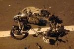 Xe máy chạy ngược chiều bị ô tô tông nát bươm, 3 người nguy kịch
