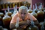 Kỳ lạ người dân Cuba dùng bao cao su để ngâm rượu trái cây