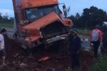 Xe mất phanh, tài xế container lao xe lên gò đất cứu nhiều người dừng đèn đỏ