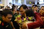 Hoàng Xuân Vinh 'nghẹt thở' giữa vòng tay người hâm mộ