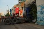 Container húc văng dải phân cách, lao vào nhà dân
