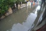 Clip: Hà Nội ngập sâu sau đêm mưa lớn nhất từ đầu năm