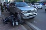 Hà Nội: Mất lái, xe ô tô đâm liên hoàn 8 xe máy