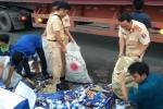Cảnh sát giao thông giúp tài xế gom hàng trăm thùng bia đổ trên cầu