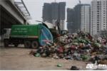 Bắt quả tang công ty thu gom rác đổ trộm hàng chục tấn chất thải xuống gầm cầu