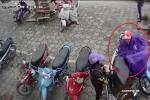 Đôi nam nữ dàn cảnh móc trộm đồ trong cốp xe máy 'nhanh như chớp'