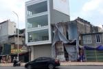 Video: Lạ lùng cột điện 'mọc' xuyên nhà 4 tầng