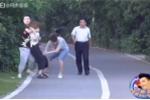 Clip: Người Trung Quốc dửng dưng nhìn cô gái bị 'cưỡng bức' giữa thanh thiên bạch nhật