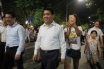 Người dân thích thú chụp ảnh 'tự sướng' với Chủ tịch Hà Nội trên phố đi bộ