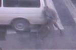 Video: Đứng chờ đèn đỏ, cụ ông đi xe đạp bị ô tô cán thương tâm