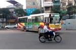 Clip xe buýt 'vô tư' lao qua dải phân cách để quay đầu ở Hà Nội