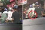 Người đi đường dửng dưng nhìn gã đàn ông móc ví phụ nữ giữa phố Hà Nội