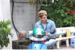 Hinh anh Nhom MTV 'that the', doi nghe lam xe om va bao ve