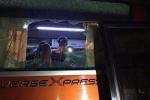Xe bus chở đội Indonesia bị fan cuồng tấn công