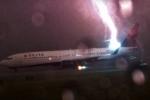 Sét khổng lồ đánh thẳng máy bay ở sân bay Atlanta, Mỹ