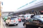 Xe công vụ vẫn 'bủa vây' trước cửa sân bay Tân Sơn Nhất