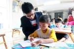 Lớp học tiếng Anh miễn phí cho trẻ em nghèo làng chài