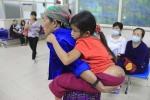 Mẹ con bé gái 'người vượn' đến Hà Nội như lạc vào hành tinh khác
