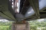 Hình ảnh lạ dưới chân cầu Long Biên: Thay thế gối cầu bị mất bằng gỗ
