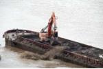 Hà Nội xử lý 3 cảnh sát để 'tàu lạ' đổ trộm chất thải xuống sông Hồng