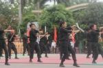 Video: Mãn nhãn màn múa côn nhị khúc điêu luyện của nữ cảnh sát đặc nhiệm