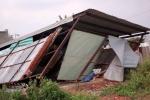 Hơn chục căn nhà bị tốc mái, sập tường trong dông lốc ở TP.HCM