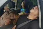 Ảnh sốc: Bố mẹ phê ma túy 'chết' trên xe trước mặt con trai 4 tuổi