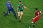 Ronaldo phản xạ nhanh như cắt, tránh va chạm với fan cuồng