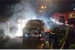 Xe Camry bốc cháy ngùn ngụt trên phố Hải Phòng
