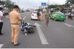 Chạy xe máy sai làn gây va chạm, 2 thanh niên hung hãn hành hung tài xế ô tô