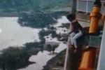 Video: Người phụ nữ gieo mình từ cầu Bính xuống dòng sông cấm