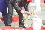 Thu dọn hàng ngàn đồng tiền xu rơi lả tả trên mái chùa