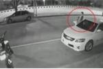 Bước khỏi ô tô không quan sát, bị xe máy phóng tốc độ cao đâm thảm khốc