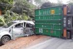 Xe container lật đổ, 4 người trên 2 xe hơi nhập viện