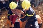 Đứng tim chờ giải cứu cháu bé 7 tuổi lọt hố móng cột điện
