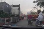 Clip: Xe máy chở hàng cồng kềnh cố vượt container, suýt mất mạng