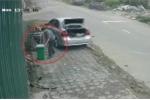 Đi xe hơi, dừng lại ăn cắp cả thùng đựng rác bỏ vào cốp