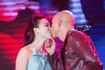 Phan Đinh Tùng hôn vợ nồng nàn trên sân khấu