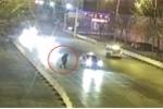 Hôn nhau giữa đường, đôi tình nhân Trung Quốc bị ô tô 'điên' đâm gục