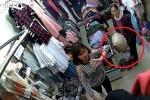 Bà cụ U70 vào shop quần áo trộm đồ, giấu dưới nón