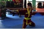Ngả mũ trước bài múa rìu của võ sinh dị tật 2 chân 1 tay