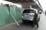 Lan can cầu vượt rơi trúng nóc ô tô ở Sài Gòn, 2 người may mắn thoát chết