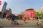 Thanh niên cưỡi xe đạp điện vượt đèn đỏ, phóng như bay và cái kết đắng