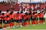 Đứng im cho đối phương ghi bàn: Cả đội Long An nắm tay, cúi đầu xin lỗi người hâm mộ