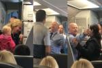 Tiếp viên hãng hàng không Mỹ đánh phụ nữ, thách thức hành khách đánh nhau
