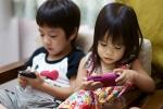 Cho nghịch điện thoại thường xuyên, bố mẹ đang tự hại con mình