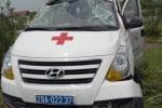 Xe cứu thương lao dải phân cách, 3 người bị thương