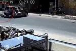 Clip: Thợ rửa xe lùi ôtô của khách bất cẩn, tông 2 xe máy ngã văng